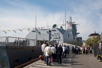 """People lined up to go on board the new frigate """"KNM Thor Heyerdahl"""" during Veterans Day celebrations in Oslo in 2011. Now only one of Norway's five expensive frigates is said to be fully operational. PHOTO: Forsvaret"""