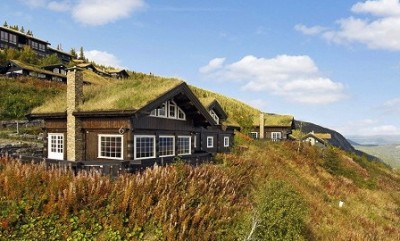 Even with neighbours close by, modern holiday cabins built in traditional style can command hefty prices. This one at Norefjell, about a two-hour drive from Oslo, was among those on the market this week for just under NOK 8 million (USD  1.3 million). PHOTO: eie.no
