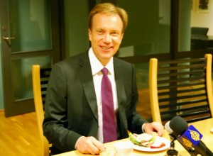 Børge Brende was settling into his new job as foreign minister this week, and met with foreign correspondents in Oslo on Wednesday. Brende, back home again in Norway after working for the World Economic Forum in Geneva, opted for a ham sandwich, not one of those with typical Norwegian brown cheese. PHOTO: newsinenglish.no/Nina Berglund