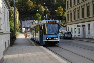 Oslo's trams often have to compete with cars on city streets, so city authorities say they will remove street parking spaces to make more room for public transport, including the bus. City residents in buildings without garages are not pleased. PHOTO: newsinenglish.no