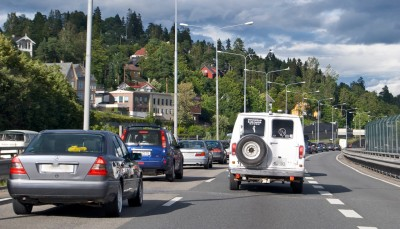 Traffic is often standing still on this stretch of the E18 highway west of Oslo. New transport initiatives from the conservative government may result in some relief for commuters. PHOTO: newsinenglish.no