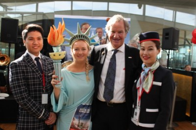 Two Thai cabin crew members posing with Norwegian chief executive Bjørn Kjos on the airline's first flight to New York. NRK has revealed that the Thailand-based crews are paid a fraction of what Norwegian cabin crews receive. PHOTO: Norwegian Air