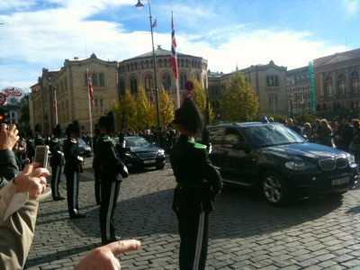 The crown prince and rest of the royal entourage were close behind, as the newly opened Parliament (Stortinget) was bathed in autumn sunshine. Spectators snapped photos from the sidelines. PHOTO: newsinenglish.no