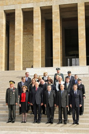 Queen Sonja and King Harald with three Norwegian government ministers and their Turkish government hosts outside Atatürk's mausoleum in Ankara. PHOTO: Nærings- og Handelsdepartementet/Trond Viken