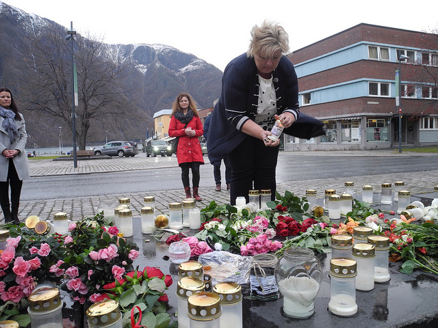 Prime Minister Erna Solberg laid down flowers and lit candles in Årdal, PHOTO: Statsministerens kontor