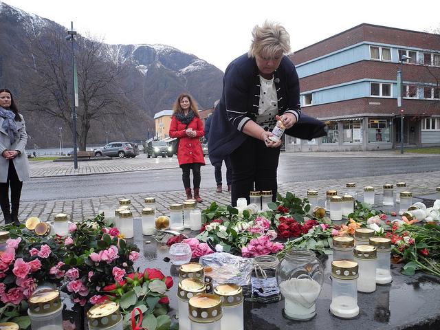 Prime Minister Erna Solberg laid down flowers and lit candles in Årdal, PHOTO: Statsministerens kontor