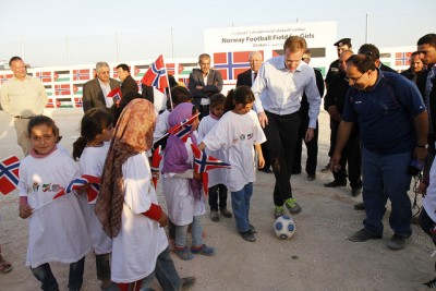 Brende also opened a football field for girls supported by Norway at the Syrian refugee camp in Jordan. PHOTO: Utenriksdepartementet/Ragnhild Imerslund