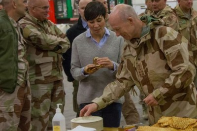 Defense Minister Ine Eriksen Søreide (center) mingled and ate waffels with Norwegian troops still in Afghanistan over the weekend. At right, Defense Chief Haakon Bruun-Hanssen, who took over as head of the Norwegian military just last week. PHOTO: Forsvaret/Stephen Olsen