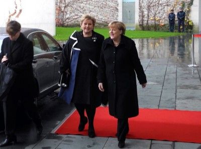 """Prime Minister Erna Solberg met German Chancellor Angela Merkel in Berlin on Wednesday, and got the red carpet treatment despite pouring rain. Solberg said she didn't mind the weather: """"I'm used to this from Bergen."""" PHOTO: Statsministerens kontor"""