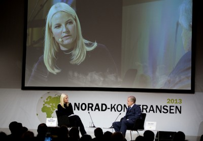 Crown Princess Mette-Marit made her first public appearance in more than two months on Wednesday, when she took part in a conversation about women's health with Tore Godal of the prime minister's office. PHOTO: NORAD/Espen Røst