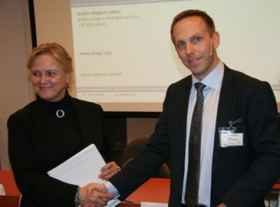 Cabinet Minister Thorhild Widvey (left) receiving the quality assurance report on the City of Oslo's bid for the Winter Olympics in 2022, from Anders Magnus Løken of DNV GL (formerly Det Norske Veritas). PHOTO: KUD/Ketil Frøland