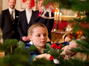 Princess Ingrid Alexandra, heir to the throne after her father and grandfather, adjusting an ornament on the royal Christmas tree. PHOTO: kongehuset.no/NTB Scanpix pool