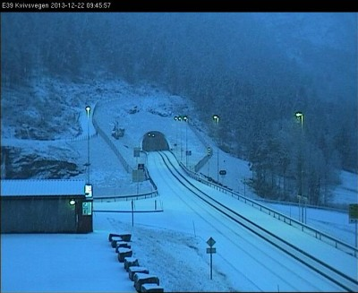An empty E39 highway at Knivsvegen on Sunday morning: Bad weather closed many roads over the mountains during the pre-holiday weekend.  PHOTO: Statens Vegvesen webcam