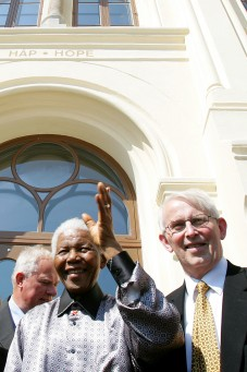 Nelson Mandela visited Norway many times, here outside the Nobel Center with the leader of the Nobel Committee at the time, Ole Danbolt Mjøs. PHOTO: Nobel Peace Center/Håkon Mosvold Larsen