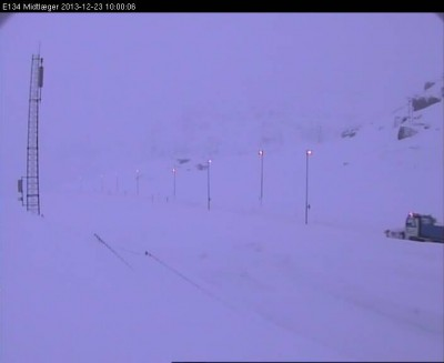 This was the scene on the main E134 highway over Haukelifjell Monday morning, as another blizzard raged in the mountains. Highway 7 over Hardangervidda was forced to close, and officials were warning motorists against attempting to drive over the mountains. PHOTO: Statens vegvesen web camera