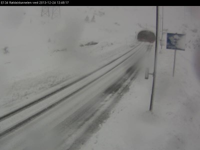 Highway crews were having trouble keeping roads over the mountains open on Christmas Eve, like here on the E134 highway over Haukelifjell, west of the Røldal tunnel. PHOTO: Statens vegvesen webcamera