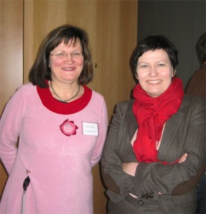 Gunn Ovesen (left), known for often wearing colourful clothing, instead of business suits, at a travel seminar with former government minister and Labour Party official Helga Pedersen. PHOTO: regjeringen.no