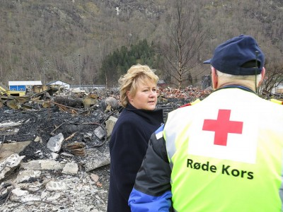 Prime Minister Erna Solberg said that seeing the damage from the inferno in Lærdalsøyri made a huge impression on her. She has promised emergency state aid to help the mountain town rebuild. PHOTO: Statsministerens kontor