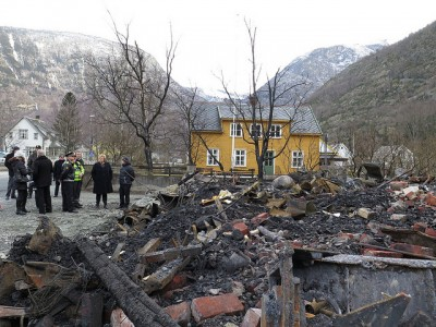 The fire that swept through the mountain town of Lærdalsøyri during the weekend destroyed as many as 35 homes, while others were left standing. Prime Minister Erna Solberg and Justice Minister Anders Anundsen surveyed the damage on Monday and promised emergency state aid where needed. PHOTO: Statsministerens kontor