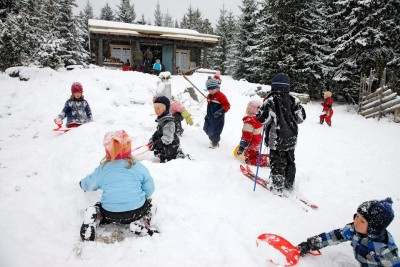 Children play in the snow outside a kindergarten. Conservative (Høyre) education spokeswoman Kristin Vinje has reignited the debate over whether children should begin school at five years of age, as in other countries including the US, UK, Australia and New Zealand. PHOTO: Kunnskapsdepartementet