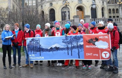 Members of DNT youth rally outside parliament in December 2013. DNT is one organization protesting against the expansion of a snowmobile pilot program from 40 municipalities to over 105. PHOTO: Den Norske Turistforening/Helle Andresen