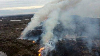 An aerial shot over the uncontrolled fire on the island of Frøya, Sør-Trøndelag. More than 400 residents were evacuated on Wednesday afternoon. PHOTO: Skogbrann Helikopter