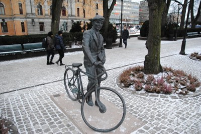 The repaired statue of wartime resistance hero Gunnar Sønsteby has a new home in a historic location on Karl Johans Gate in downtown Oslo. PHOTO: newsinenglish.no