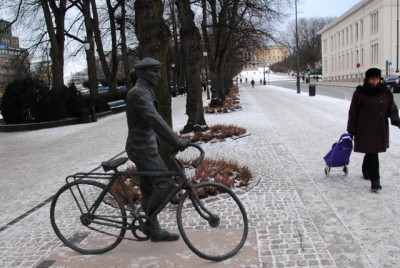 Another view of the Sønsteby statue, located across the street from the University Aula in Oslo. Looking up to the end of Karl Johans Gate: the Royal Palace. PHOTO: newsinenglish.no