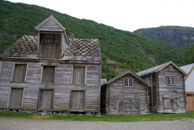 Initial reports from the scene of the devastating fire in Lærdalsøyri over the weekend indicated that these buildings and a majority of the other historic structures in the town were spared. The town's cluster of old wooden buildings from the 1700s and 1800s are considered as historically important as the better known collections in Røros, Bergen and Stavanger. PHOTO: newsinenglish.no