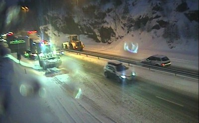 This was the scene on the E39 highway at Fidjane, near Kristiansand, on Friday morning. State highway officials and police were warning motorists of hazardous driving conditions all over southern Norway. PHOTO: Statens Vegvesen