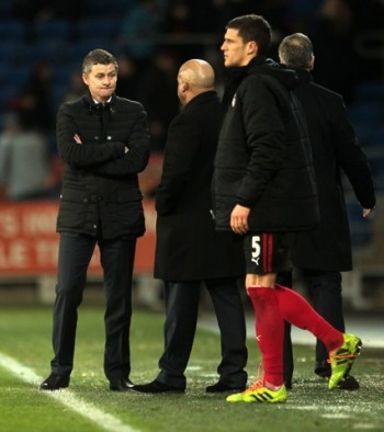 Ole Gunnar Solskjær, far left, was clearly dissatisfied with his new Cardiff team's performance during his coaching debut on Saturday. Cardiff lost to West Ham by a score of 0-2. PHOTO: Chris Fairweather/Huw Evans Agency / NTB Scanpix