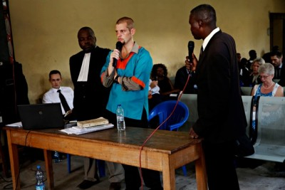 Joshua French (center) defending himself against another murder charge in a Congolese court on Tuesday. At far left, his Norwegian defense attorney Hans Marius Graasvold, at far right, French's Norwegian mother. PHOTO: Marte Christensen / NTB Scanpix