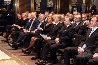 The central bank boss' annual address always attracts the captains of Norwegian business, industry and politics, with government ministers sitting in the front row. At far right is Foreign Minister Børge Brende, while Norges Bank Governor Øystein Olsen is flanked by Finance Minister Siv Jensen on his right and the president of the Norwegian Parliament Olemic Thommessen on his left. Noticeably absent was Prime Minister Erna Solberg, who opted to attend the Winter Olympics in Sochi instead. PHOTO: Norges Bank