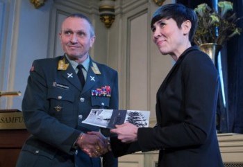 Kjell Grandhagen, the top military official in charge of intelligence matters, delivered his unit's latest terror assessment on Monday to Defense Minister Ine Eriksen Søreide. PHOTO: Forsvarsdepartementet