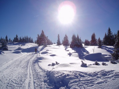 The lure of snow and sunshine for some late-season skiing has prompted more than double the number of Norwegians planning mountain holidays this Easter. They're being warned to be extra careful, though, in steep areas because of avalanche danger. PHOTO: Lillehammer.com