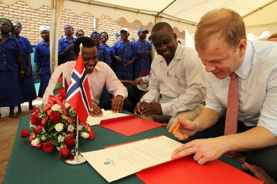 The former Norwegian government minister in charge of foreign aid, Heikki Holmås, signed an agreement in Malawi in 2012 worth NOK 100 million for small-scale farming operations. In Malawi, however, homosexuals can be imprisoned for more than 10 years. New Foreign Minister Børge Brende, who has taken on responsibility for foreign aid in addition to other foreign affairs, is now cracking down on such financial support to countries that violate what he calls fundamental human rights. PHOTO: Utenriksdepartementet / Svein Bæra