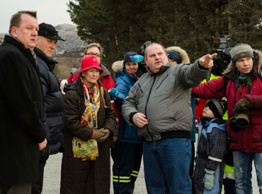King Harald and Queen Sonja (second and third from left) gaze at the remains of a burned-out home in Hasvåg in Nord-Trondelag on Friday. PHOTO: kongehuset.no