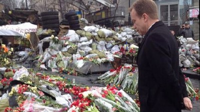 Norwegian Foreign Minister Børge Brende visited Kiev's Independence Square to lay flowers and pay his respects to those who've died in the protests over recent months. He promised economic support to a new Ukrainian government, provided the new leaders work to stamp out corruption and the concentration of power, and provide safeguards for ethnic Russian minorities. PHOTO: A Versto/Utenriksdepartementet