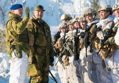 King Harald of Norway visited soldiers from all of the Norwegian Army's battalions during winter exercise Cold Response 2014. Chief of Brigade North, brigadier Odin Johannessen, accompanied the King. These soldiers are from 2nd. Battalion.
