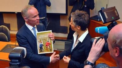 Government Minister Jan Tore Sanner was handed a new report on merging municipalities by Professor Signy Irene Vabo this week. PHOTO: Kommunal- og moderniseringsdepartementet