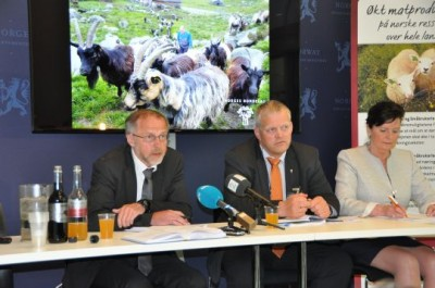 Nils T Bjørke (center) and Merete Furuberg (right) of Norway's two largest farmers' organizations presented their demands on Friday to Leif Forsell (left), who will lead negotiations for the state. PHOTO: Landbruks- og mat departementet, LMD