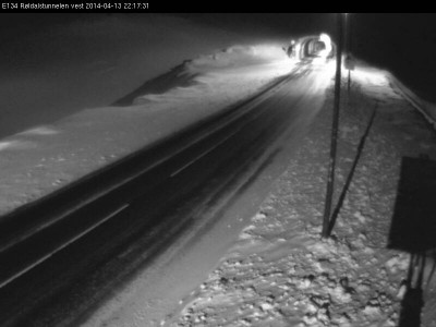 State highway crews tried to keep the E134 highway over Haukelifjell open on Sunday but had to enforce convoy driving because of strong winds and drifting snow. PHOTO: Statens Vegvesen