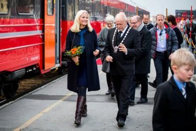 Crown Princess Mette-Marit was met by local mayor Jan Arne Løvdal when her literary train rolled into Mosjøen on Tuesday. PHOTO: Erlend Aas / NTB Scanpix