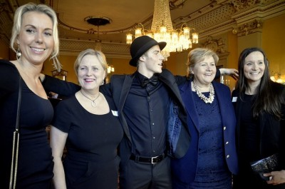 Conservative Culture Minister Thorhild Widvey, second from left, and Prime Minsiter Erna Solberg, second from right, were joined by athletes and officials at a government reception last month for the Sochi 2014 Olympic and Paralympic games participants. Author Torgrim Eggen criticized the government and Widvey in particular this week, saying there had been hostility and skepticism towards the arts, and her support of an Oslo Olympics bid would be a disaster for the Norwegian arts scene. PHOTO: Inga Steindal/Kulturdepartementet