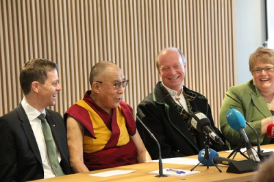 Member of Parliament Kjetil Kjenseth from the Liberal Party (second from right) heads the parliament's Tibet Committee and wore his ceremonial bunad for the occasion. At far right, Liberal Party (Venstre) leader Trine Skei Grande and at far left, next to the Dalai Lama, Christian Democrats leader Knut Arild Hareide. PHOTO: Venstre