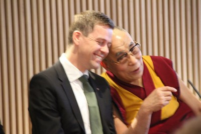 Knut Arild Hareide was utterly charmed when the Dalai Lama gripped his hand and held onto it during the meeting, and then rested his head on Hareide's shoulder after Hareide had asked him how he manages to keep smiling in the face of such adversity. The Dalai Lama linked his smile to an inner peace. PHOTO: Venstre