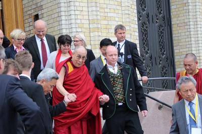 The Dalai Lama was both received at the grand entrance of the Norwegian Parliament on Friday and escorted out of it, by representatives of all of Norway's political parties. PHOTO: Venstre