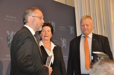 """Leif Forsell (right), lead negotiator on behalf of the state, proposed a 3.5 percent pay hike on Monday for all farmers, in line with what most other workers are receiving in Norway. The farmers' chief negotiators Merete Furuberg (center)  and Nils T Bjørke, shown here receiving the offer on Tuesday, want much more, and call the state's offer a """"provocation."""" PHOTO: LMD"""