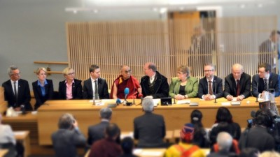 Representatives of all of Norway's political parties met with the Dalai Lama, as had the president of Norway's Sami Parliament the day before. After a visit to the Nobel Center and another public appearance, the Dalai Lama ended his three-day visit. PHOTO: Venstre