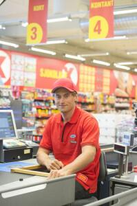Cross country ski star Petter Northug at a Coop Extra checkout in Stjørdal at the end of April, just days before the car crash that put his lucrative sponsorship deals and ski career in jeopardy. Coop demanded on Thursday that Northug cut ties with his management team, and has not yet ruled out pulling out of their sponsorship deal. PHOTO: twitter.com/PetterNorthug1